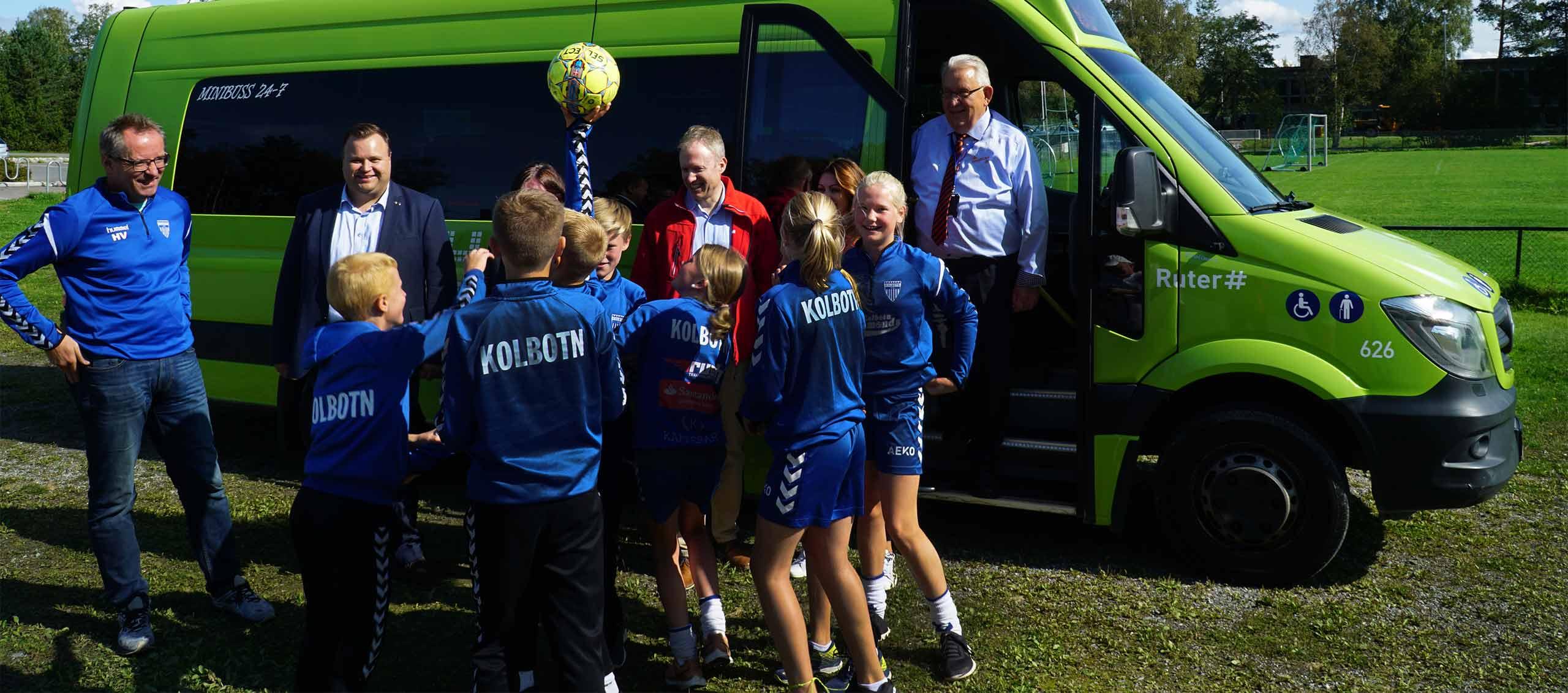 Bilde av barn foran aktivitetsbussen