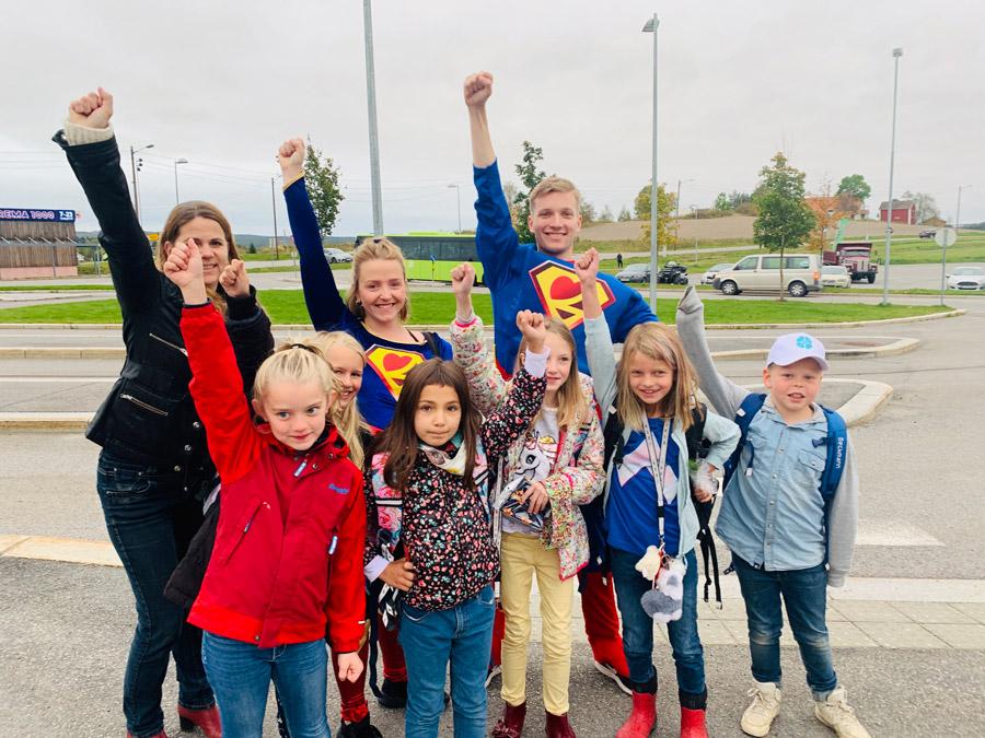 Foto av barn som står sammen med Belteheltene.