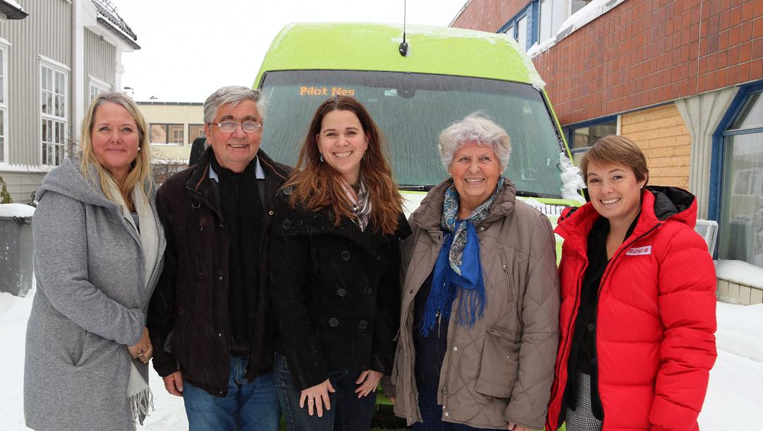 Foto av Ruter ansatte foran en Ruter buss i Nes.