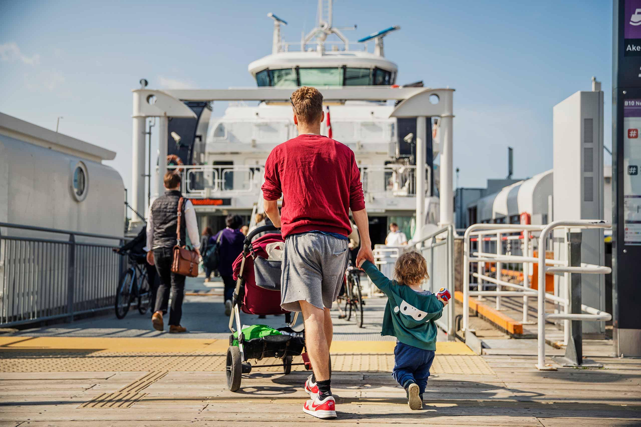 Bilde av passasjerer som går ombord på båt