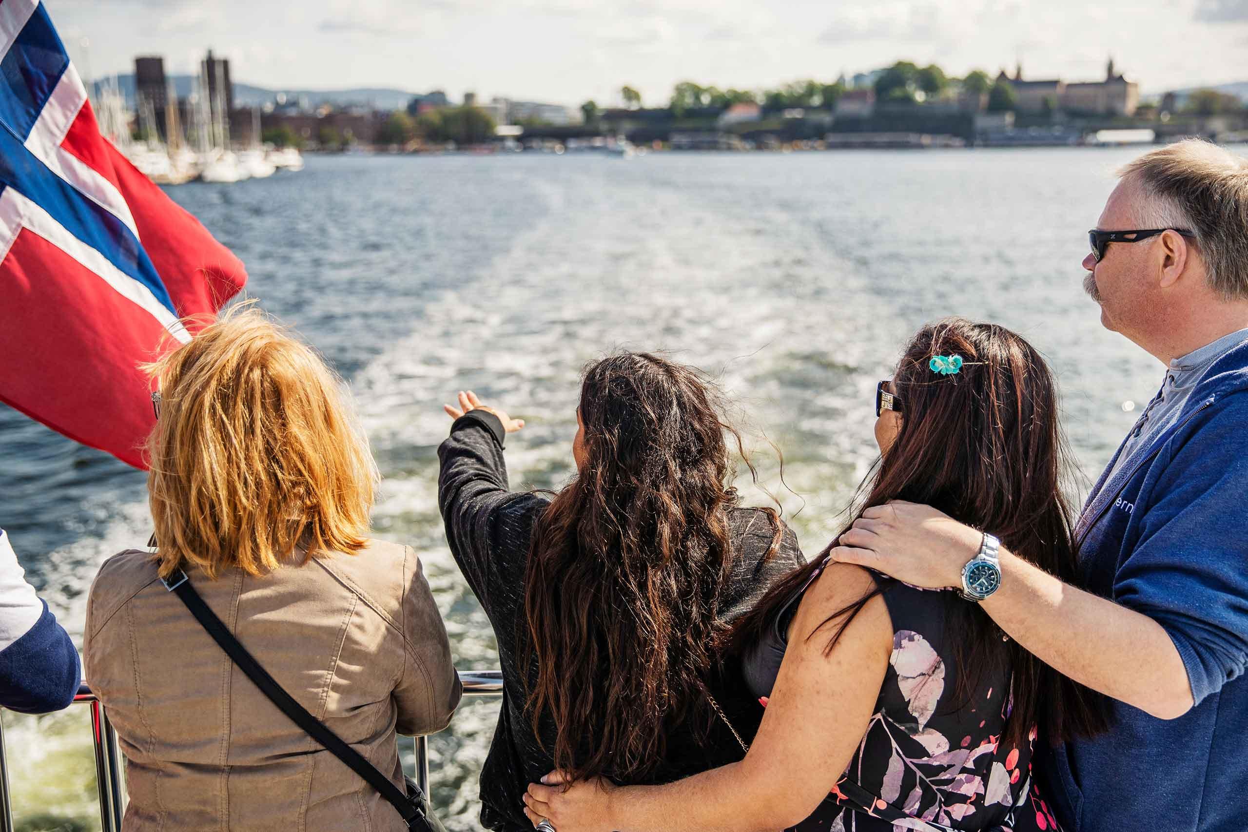Bilde av passasjerer på båt