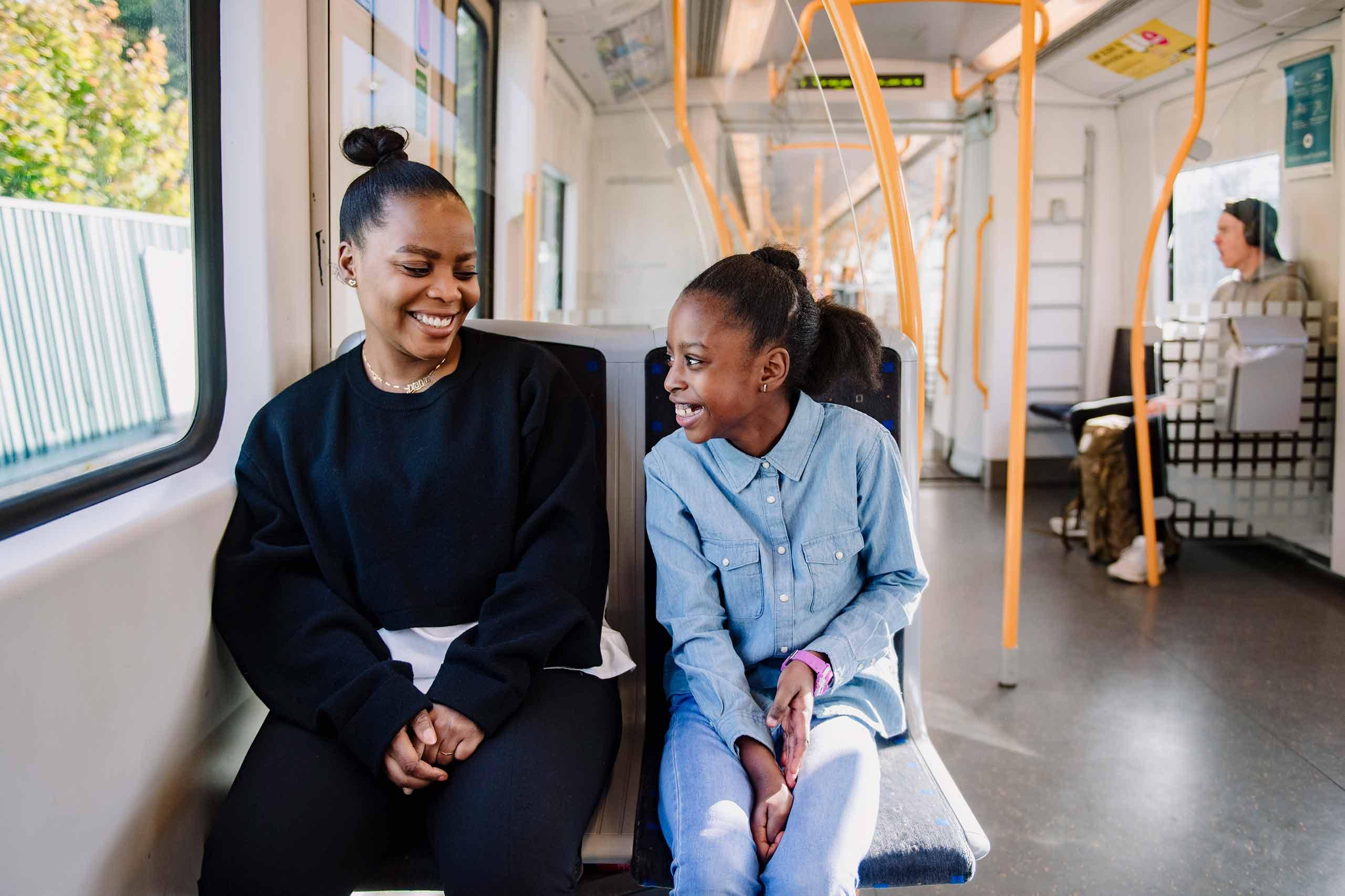 Bilde av to passasjerer på t-bane
