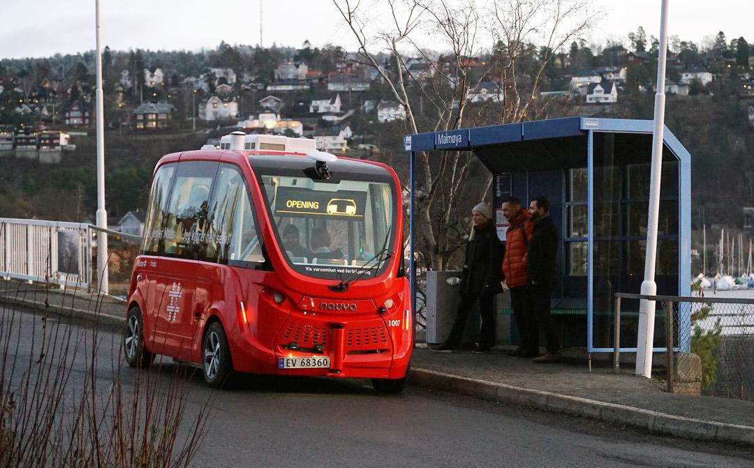 Foto av en selkjørende buss på en holdeplassen på Malmøya.