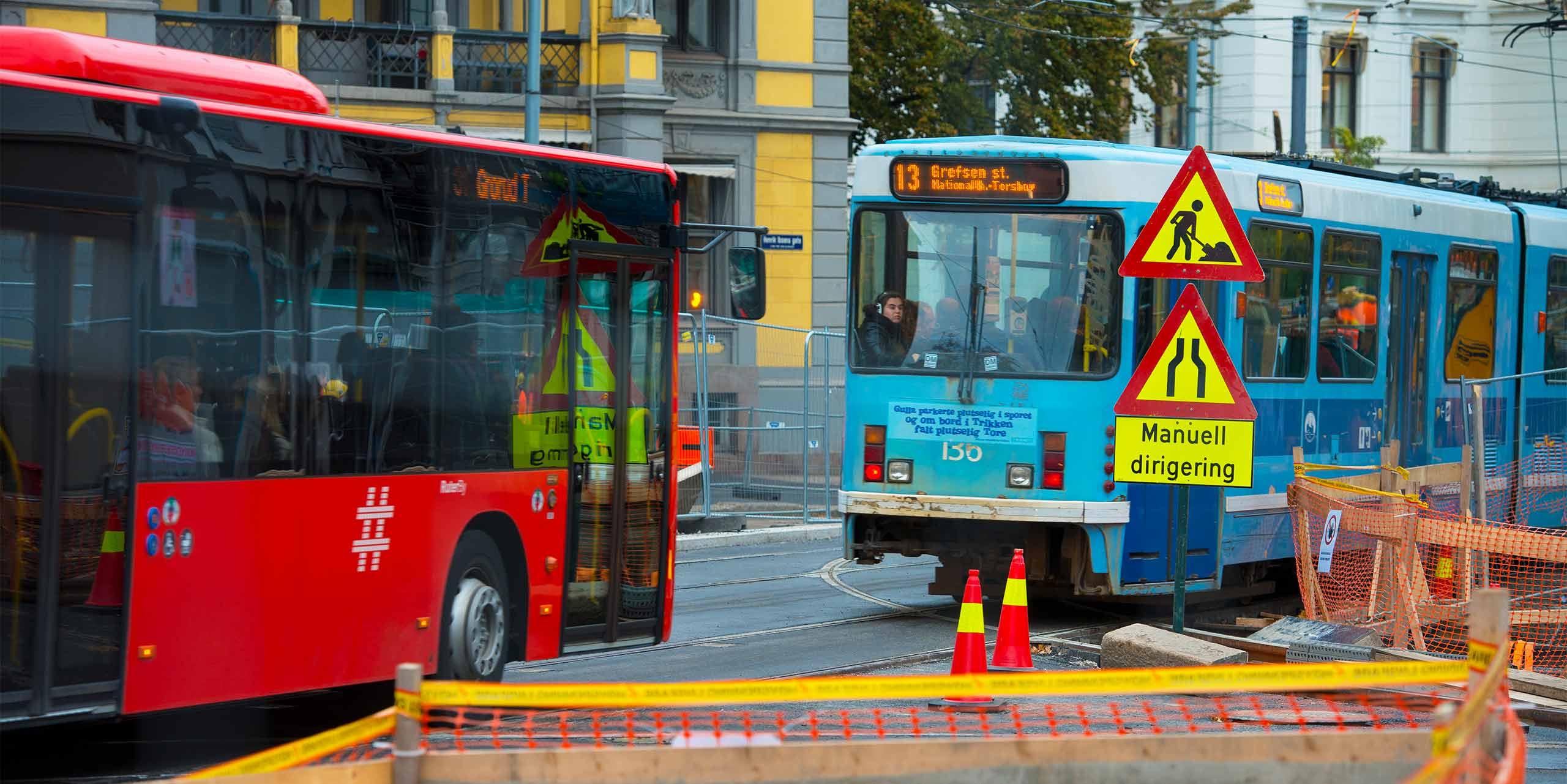 Bilde av vegarbeid, samt trikk og buss